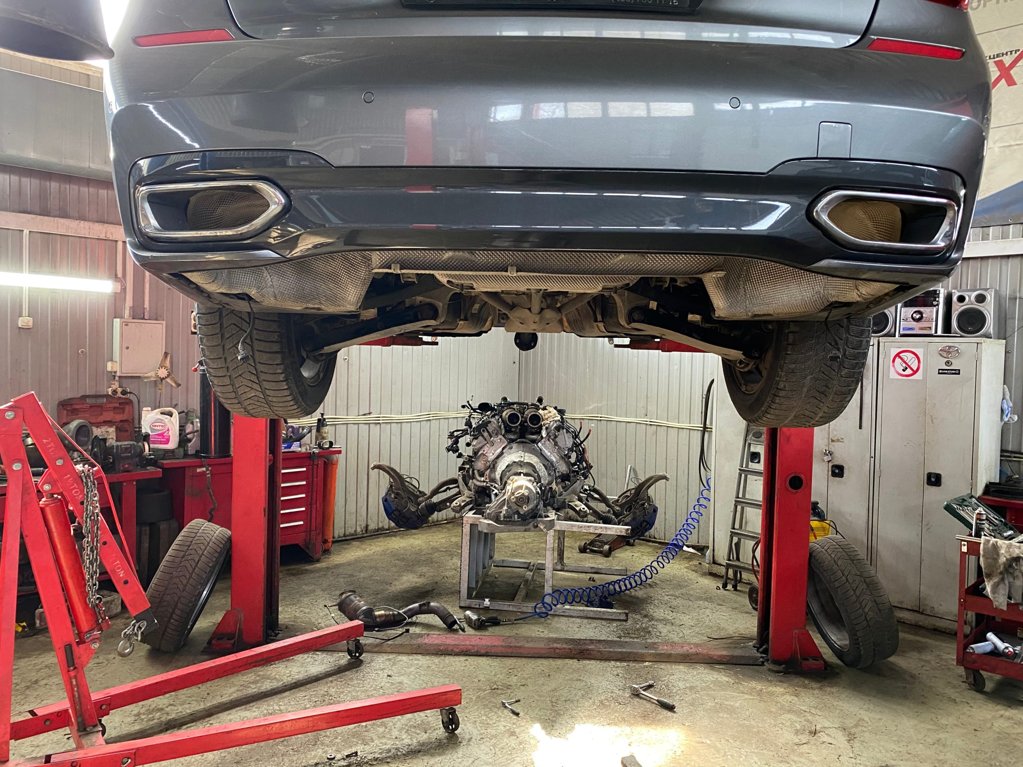Установка отремонтированного двигателя БМВ 750